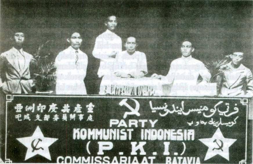 Treffen des batavischen Kommissariat der Kommunistischen Partei Indonesiens, 1925. http://www.geocities.com/simpang_kiri/photos/PKI-1925.html [letzter Aufruf: 11.08.2018]