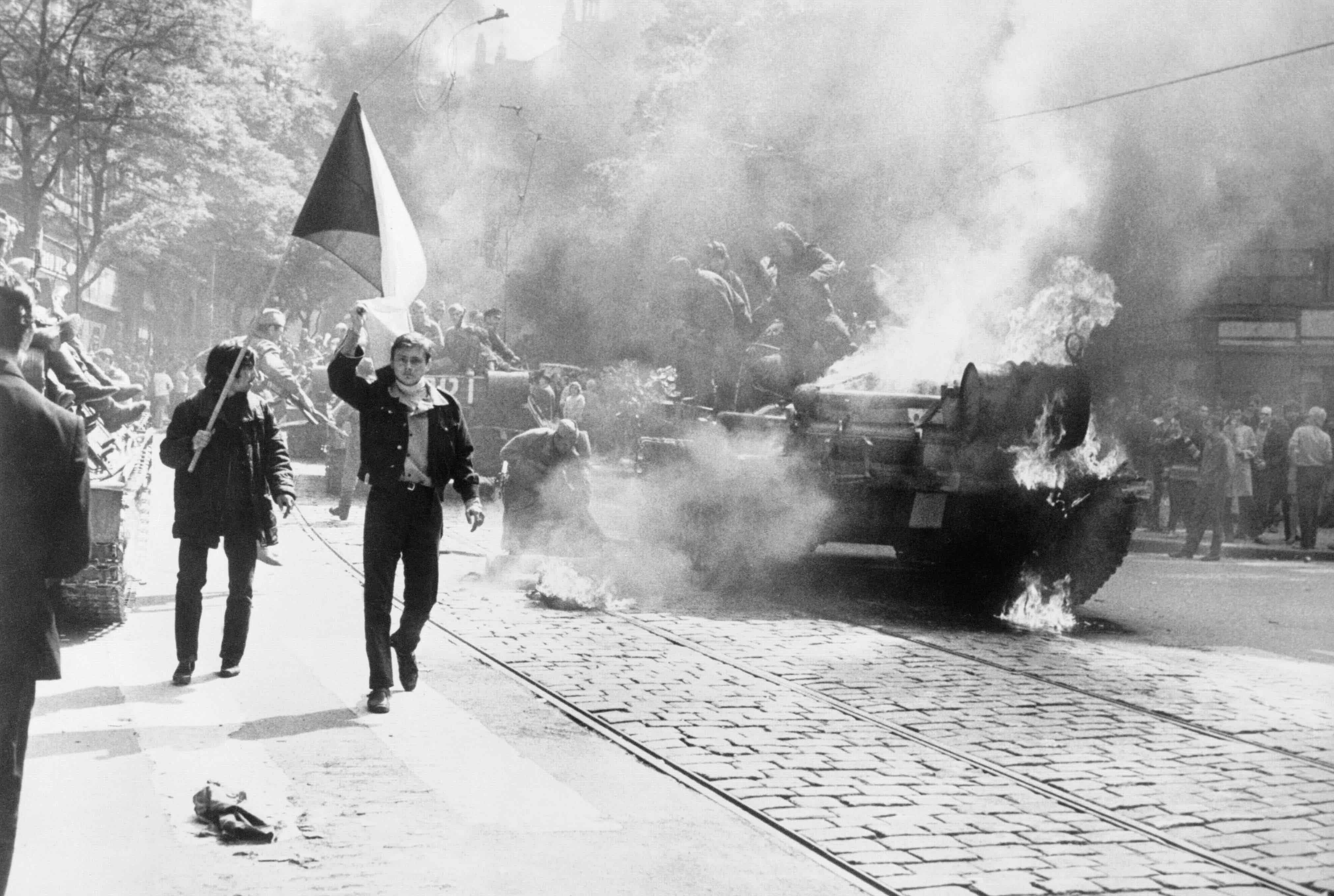 Brennender sowjetischer Panzer auf den Straßen Prags im späten August 1968. Public Domain, CIA Analysis of the Warsaw Pact Forces: The Importance of Clandestine Reporting